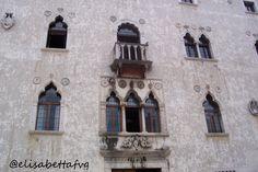Ciao Bimbo! Ciao Bimba! Oggi giornata di costruzioni! Eh già! L'Angelo del Castello ha aiutato Manu a creare una bella ruspa grande grande, con tanti mattoncini gialli !!! Io, da piccolina, c…