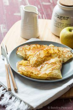 Des crêpes fourrées aux pommes caramélisées, accompagnées de sauce caramel au beurre salé.