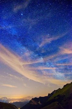 at the Sky. magnificent night sky (dusk with stars - over mountain)Looking at the Sky. magnificent night sky (dusk with stars - over mountain) All Nature, Science And Nature, Amazing Nature, Beautiful Sky, Beautiful World, Beautiful Things, Fuerza Natural, Look At The Sky, To Infinity And Beyond