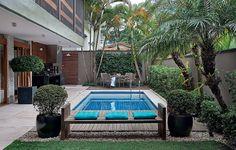 Só havia a piscina quando o paisagista Odilon Claro foi chamado para cuidar deste jardim. Ele concentrou o plantio nas margens com plantas de folhas que não se desprendem facilmente