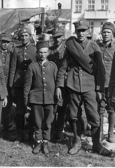 soldier stands in a group of Polish prisoners of war, september 1939 - pin by Paolo Marzioli Poland Ww2, Prisoners Of War, World War, Wwii, Che Guevara, Campaign, Polish, Military Uniforms, Data