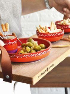De serveerplank is gemaakt van gestoomd beukenhout en heeft twee lederen handgrepen. Ideaal om hapjes op te serveren. #serveerplank #beukenhout #keuken #interieur