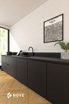 Mat zwarte keuken in rechte, greeploze opstelling. De keuken is uitgevoerd met een inductiekookplaat met geïntegreerde afzuiging. Zo oogt de wand rustig en is er het volle uitzicht naar buiten.   #keukeninspiratie #keuken #mat #zwart