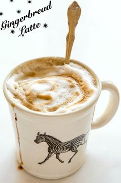 A homemade gingerbread latte that comes together in 5 minutes. No syrup required, just stir in spices, espresso and foamed milk. Non Alcoholic Drinks, Fun Drinks, Yummy Drinks, Cocktails, Cold Drinks, Latte Macchiato, Frappe, Gingerbread Latte, Gingerbread Recipes