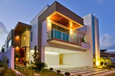 Image from http://2.bp.blogspot.com/-wQ3PV83rF08/VT_4ZHADfKI/AAAAAAAAU04/Wr1N_1Z2tIc/s1600/fachada-casa-moderna-andar-branca-vidro-decor-salteado-3.jpg.