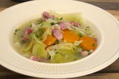 Kålsuppe er pakket med masse mineraler og vitaminer. I tillegg er dette en kalorifattig suppe, men som likevel metter mye. Dette er en suppe du lager raskt. Thai Red Curry, Soup, Ethnic Recipes, Soups, Soup Appetizers