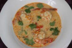 Zupa Tom Yum to tradycyjna tajska zupa znana na całym świecie, określana jako zupa ostro-kwaśna. Bardzo aromatyczna i rozgrzewająca zupa którą szczególnie warto spróbować