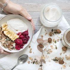 Desayuno!! La receta de la granola y del yogurt de coco la tenéis en el blog. Feliz Domingo! 💚 Breakfast!! You can find granola and coconut yogurt recipe on the website. Happy Sunday!🌿 #granola #breakfast #homemade #coconutyogurt #coconut #dairyfree #sinlacteos #coco #desayuno #raspberries #frambuesas #healthy #salud #saludable #sugarfree #refinedfree #paleo #grainfree #almonds #almondbutter #almendras #nutrition #refinedfree #sinaditivos #sinrefinados