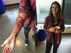 Tattoo de Ellie em The Last of Us Part II, foi testada em artista e membro da Naughty Dog Body Art Tattoos, Tatoos, The Last Of Us, Naruto Gif, Fan Tattoo, Future Tattoos, Skin Art, Tatting, Pop Culture
