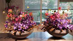 Schalen met lianen en diverse zijdebloemen