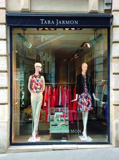 18 Rue du Four, 75006 Paris - France #tarajarmon #store #merchandising #windowdisplay #vitrine #paris