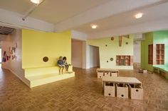 As you enter, facing wall. Play and assembly, break up large space Kita Loftschloss - nach dem Umbau