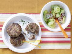 Würzige Zwiebel-Frikadellen mit Kartoffelsalat: Der Salat wird mit Brühe und viel frischem Gemüse zubereitet und ist darum extrem fettarm.