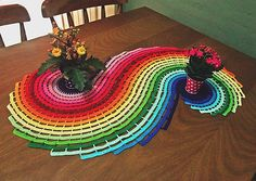 - Toalha de mesa colorida feita inteiramente a mão com a técnica de crochê com linhas de ótima qualidade (marca Cléa). <br> <br>- Ideal para quem gosta de cores modernas, diversificadas e que deixam o ambiente mais descontraído. Fica lindo em mesas, criado-mudo, escrivaninha, etc.