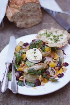 Feldsalat mit geröstetem Fenchel, Orangenfilets, roten Zwiebeln, Cranberries, karamellisierten Walnüssen und gebackenem Ziegenkäse als Vorspeise für ein weihnachtliches Festmahl