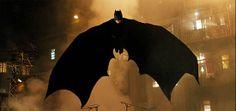 """La capa de Batman  está hecha de un material que le sirve para """"volar"""" planeando desde los edificios de Gotham. Batman no tiene superpoderes,"""