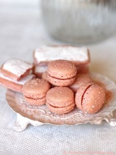 Rose apricot macarons with recipe link in French