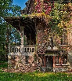 33 Amazingly Beautiful Abandoned Buildings (Yes, its supposed to be here. Nature always reclaims what was once hers. Old Abandoned Buildings, Abandoned Castles, Old Buildings, Abandoned Places, Beautiful Architecture, Beautiful Buildings, Beautiful Homes, Beautiful Places, Classical Architecture