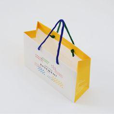 ハンドルを左右で切り返したポップな紙袋 | オリジナル紙袋、ショッパー、手提げ袋なら【ベリービーバッグ】