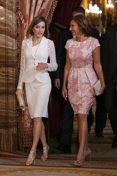 Los reyes Felipe y Letizia te desean Feliz Navidad con esta foto Modest Fashion, Fashion Dresses, Mother Of Bride Outfits, Royal Dresses, Mom Dress, Business Dresses, Royal Fashion, Colorful Fashion, Classy Outfits