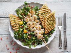Letní salát s krevetami, fenyklem a granátovým jablkem | Na skok v kuchyni Pasta Salad, Presentation, Ethnic Recipes, Food, Crab Pasta Salad, Essen, Meals, Yemek, Eten