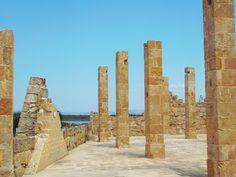 """La vecchia tonnara di Vendicari abbandonata e oggi museo a cielo aperto, liberamente visitabile - The old """"tuna trap"""" of Vendicari, abandoned and today open-air museum, freely accessible from the beach."""