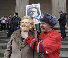 Varias personas se manifiestan en Liverpool contra de la ex primera ministra británica Margaret Thatcher. EFE