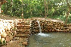 Riacho do Meio. O Geossítio Riacho do Meio está situado a 7km da cidade de Barbalha, na CE-060 que dá acesso ao município de Jardim, é uma área de vegetação densa e úmida, com três nascentes de água cristalina que abastecem as comunidades que vivem em seu entorno.