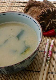 Zuppa piccante di miso, funghi shitake e alga wakame