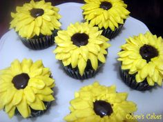 Sunflower cupcakes.. YES please!  And maybe some blue ones too? ;)