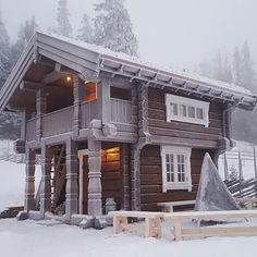Snart kommer den kalde årstida ❄ #østlaft #østlaftbygg #laft #tømmerhytte #hytte #hytteliv #timberframe Tiny House Cabin, Cabin Homes, Log Homes, Chalet Design, Cabin Design, House Design, Cabins In The Woods, House In The Woods, Cabana