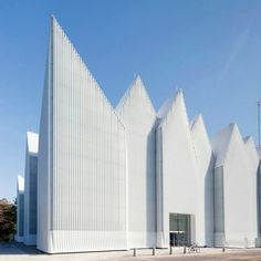The redesigned Szczecin Philharmonic Hall by Barozzi Veiga appears to have an icy crown with its ribbed glass cladding and spiky roof. Photo by Filip Kacalski