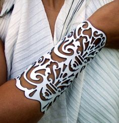 "Cuff ""Victorian"" in white leather 6-1/2"" wrist bridal"