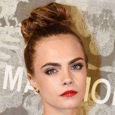 Cara Delevingne usa anel de boca na festa de abertura da exposição da Chanel