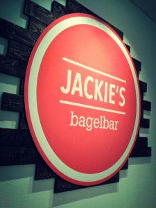 Jackie's Bagelbar (Vlaanderenstraat 84) Koffieshop, cupcakewinkel en bagelbar in één: Jackie's bagelbar serveert in alle soorten en maten, met zoet en hartig beleg, met een donut of cupcake als toetje.