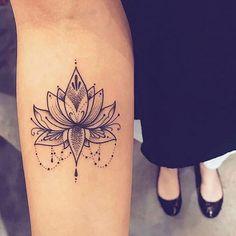 Soyez inspirée avec ce tatoo : Mandala tatouage femme interieur bras. Retrouvez tous les modèles, significations de motifs sur tatouagefemme.eu