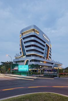 Gallery of Pondok Indah Bintaro Jaya Hospital / Silver Thomas Hanley - 11 Hospital S, Modern Hospital, Hospital Design, Home Building Design, Building Exterior, Building Facade, Concept Architecture, Futuristic Architecture, Facade Architecture
