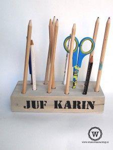 Wat is er nou meer passend dan een pennenblok voor de juf of meester ... Teacher Appreciation Gifts, Dremel, Diy Gifts, Triangle, Presents, Homemade, Cool Stuff, School, Birthday