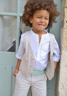 Notre ceinture Théo à plis en vert d'eau donnera une touche de pep' à la tenue de cérémonie de votre garçon.
