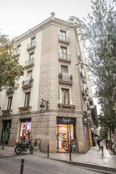 In the Ciutat Vella district of Barcelona, close to Barcelona Cathedral, Bcngotic features free WiFi and a washing machine. Tivoli Theater, Santa Maria, Picasso, Barcelona Cathedral, Separate, Microwave, Theatre, Dishwasher, Beautiful Places