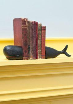 Aparador de livros. Os livros são tão pesados que só uma baleia os sustentaria? Ok, vamos lá! Em ferro, os aparadores se dividem em duas partes para formar a baleia. Modcloth.  http://casa.abril.com.br/materia/15-aparadores-para-segurar-os-livros-com-estilo#2