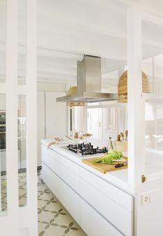 036 DSC6873. Amplia cocina blanca con una gran isla y baldosas hidraúlicas_036 DSC6873