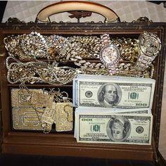 ✦ ⊱ ɛʂɬ ཞ ɛɩɩą ⊰ ✦ luxury life money, luxury lifestyle и ric Luxury Lifestyle Women, Rich Lifestyle, Gold Money, My Money, Cash Money, 4 Diamonds, Billionaire Lifestyle, Expensive Taste, Luxe Life