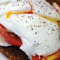 Ziegenkäse-Tomaten Sandwich mit pochiertem Ei