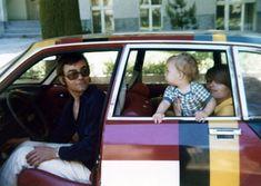 """Die Bilder zeigen den 'GS Drapeaux' meines Vaters, der kleine Junge bin ich selbst.  Der GS wurde 1971 von einer Journalistenjury zum europäischen """"Auto des Jahres"""" gewählt – und um das publikumswirksam zu """"verkaufen"""", wurde eine sehr kleine Sonderserie von Fahrzeugen mit den Flaggen jener Länder beklebt, aus denen die Journalisten der Jury kamen. Mein Vater hatte damals in Düsseldorf eines dieser Fahrzeuge von """"seinem"""" Citroen-Händler gekauft.    Text und Bilder: Marc Schmidt"""