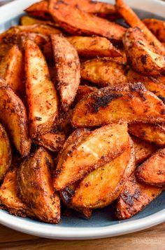 Syn Free Spicy Potato Wedges | Slimming World Recipes Spicy Potato Wedges, Crispy Baked Potato Wedges, Baked Potato Wedges Oven, Potato Wedges Recipe, Oven Baked, Spicy Chicken Recipes, Potato Recipes, Potato Dishes, Falafel Vegan