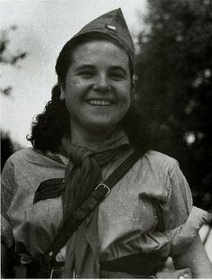 Miliciana sonriendo, por Robert Capa.