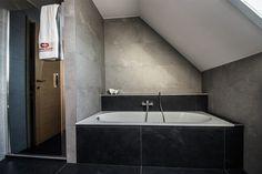 Toffe badkamerrenovatie van een badkamer op het eerste verdiep onder een schuin dak. We maken hier gebruik van kwaliteitsmeubelen. Bekijk de foto's! Attic Bathroom, Bathroom Inspiration, Home Improvement, Bathtub, Master Bath, Mid Century, Home Decor, Space, Ideas