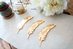 Brand place in Plexiglas in the shape of a feather, mark-place wedding, birthday, baptism, table dec Gary Oak, Marks Place, Quinceanera Themes, Nursery Letters, Wedding Decorations, Table Decorations, Guest Gifts, Style Tile, Wooden Letters