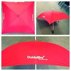 Vierkante paraplu voorzien van bedrukt logo aan 2 zijden voor Duidelijk verzekeringen.